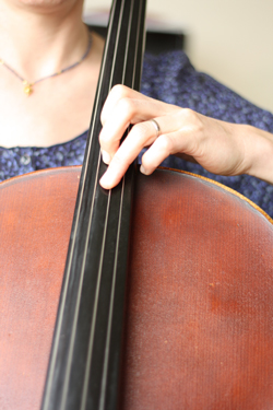 cello-met-hand
